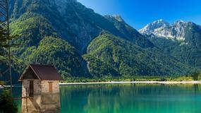 Z jednej strony rozciąga się laguna, a w dali rysują się zaśnieżone szczyty Alp