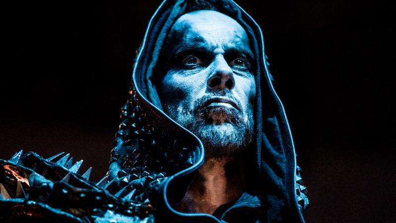Nergal podczas wstępu grupy Behemoth w Hali Wisły w Krakowie