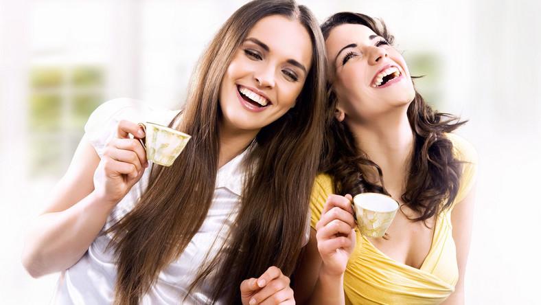 Fakt. Badania pokazują, że mała czarna podnosi poziom serotoniny – hormonu szczęścia, dlatego filiżanka kawy rzeczywiście może poprawić nam humor. Jeżeli przyprawimy ją dodatkami, takimi jak czekolada czy wanilia, które również poprawiają samopoczucie, możemy wzmocnić ten efekt. Ponadto kofeina rozszerza naczynia krwionośne, dzięki czemu organizm jest lepiej dotleniony, co również pozytywnie wpływa na nasze samopoczucie. Oprócz tego kawa zwiększa produkcję dopaminy, hormonu, który uaktywnia w mózgu ośrodki przyjemności.