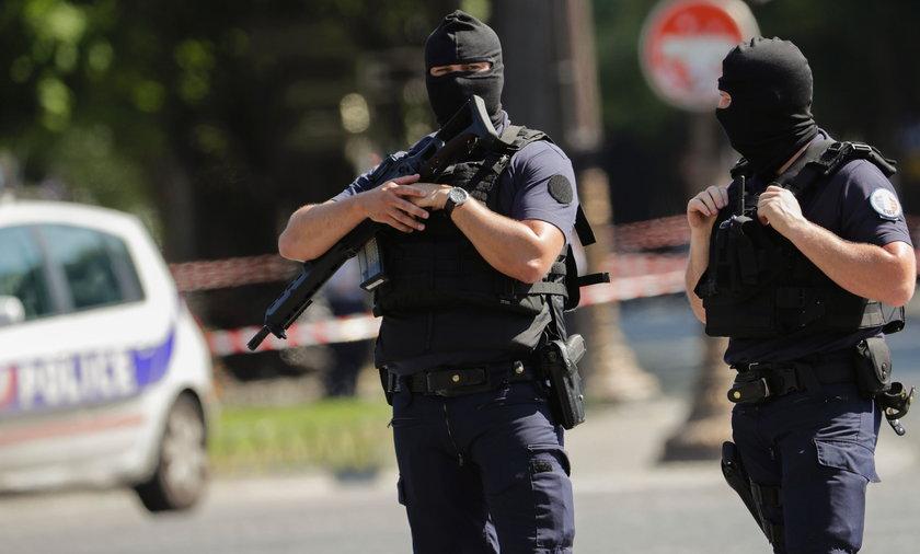 Atak na policyjny radiowóz w centrum Paryża