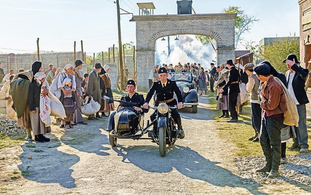 Istorijska drama se osvrće na period 1942. godine, kada posle velike ustaško-nemačke ofanzive na Kozari lokalno stanovništvo masovno završava u koncentracionim logorima