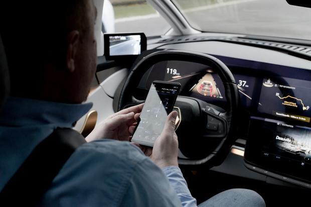 Renault Symbioz. W trakcie automatycznej jazdy smartfon staje kontrolerem funkcji samochodu