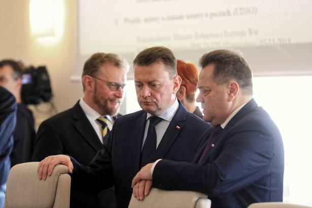 """Błaszczak pytany we wtorek w radiowej Jedynce, czy to prawda, że Polska nie podpisze tego dokumentu, powiedział, że tak. """"Uważamy, że to nie jest dobre rozwiązanie. To nie jest metoda, która pozwoliłaby ograniczyć kryzys migracyjny, a wręcz przeciwnie tylko by spotęgowała kryzys i spotęgowała jego skutki"""" - podkreślił minister."""