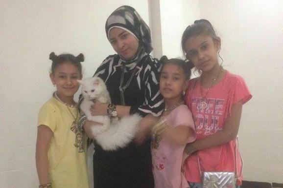 Majka sa decom i mačkom slikani u Iraku