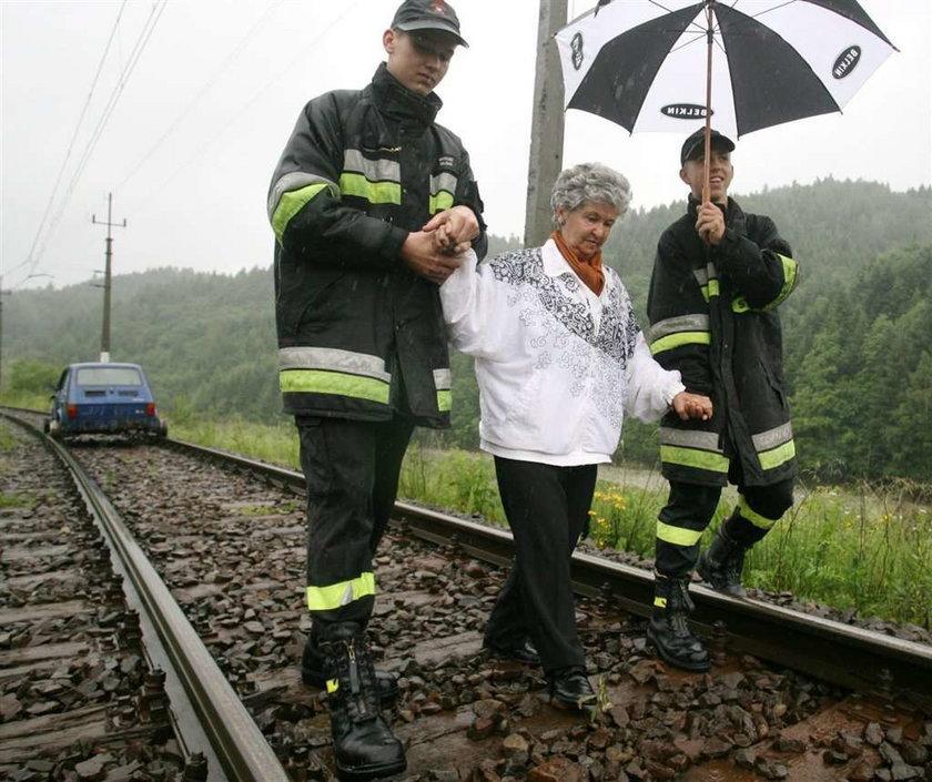 Strażacy pomagali dostać się do urn