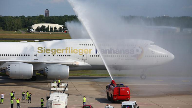 """Lufthansa przygotowała specjalny samolot, na którym logo firmy zmieniło się na """"Fanhansa""""."""