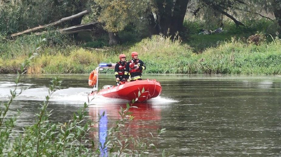 Strażacy w łodzi na rzece Warcie