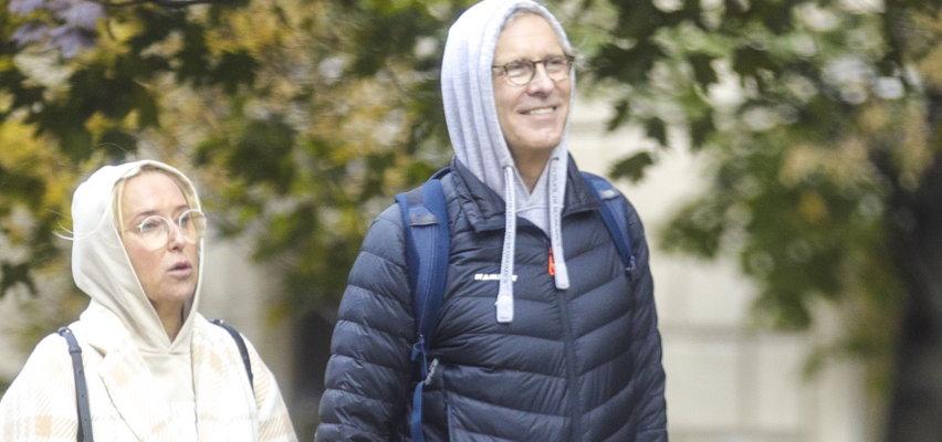 Agata Młynarska przechadza się z mężem pod hotelem sejmowym. Postawiła na młodzieżowy styl: kaptur i luźne dresy