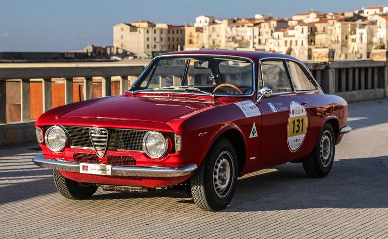 """Skrót GTA oznacza """"Gran Turismo Alleggerita"""" i powstał w 1965 roku wraz z Giulią Sprint GTA, specjalną wersją pochodzącą od wersji Sprint GT, zaprojektowaną jako samochód sportowy i zaprezentowaną podczas targów motoryzacyjnych w Amsterdamie"""