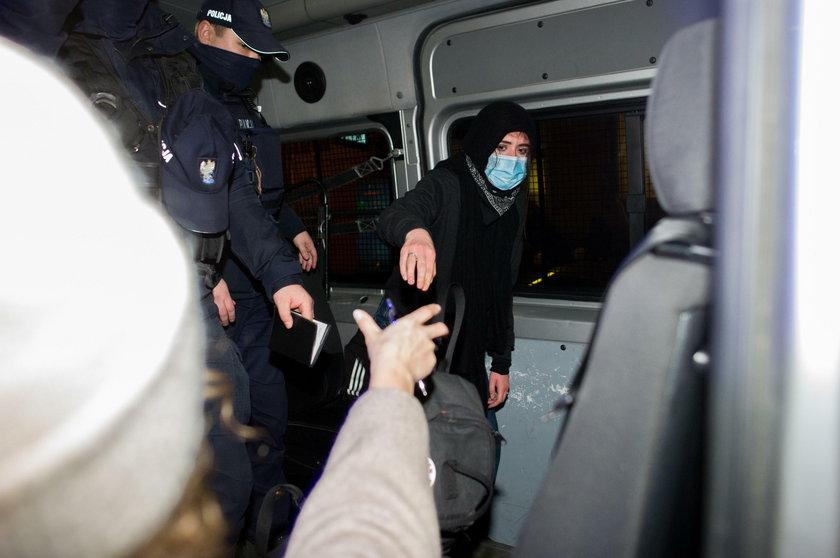 Warszawa. Policjant złamał rękę uczestniczce Strajku Kobiet? Poseł Szczerba zawiózł ją na SOR