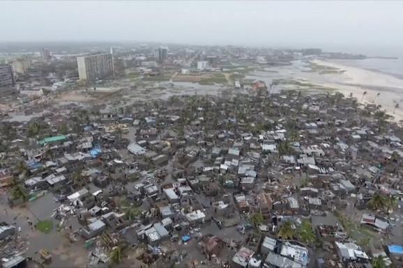 TRAGEDIJA BIBLIJSKIH RAZMERA VIDLJIVA IZ SVEMIRA Kraj puta leže STOTINE TELA, čitava sela su potpuno uništena (FOTO, VIDEO)