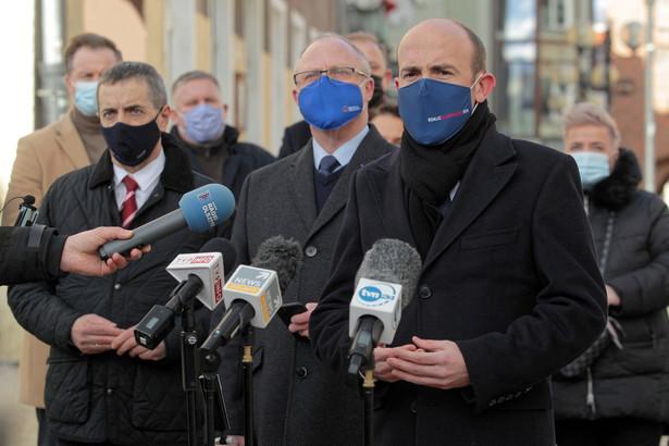 Przewodniczący Platformy Obywatelskiej Borys Budka, senator KO Jerzy Wcisła i poseł KO Jacek Protas