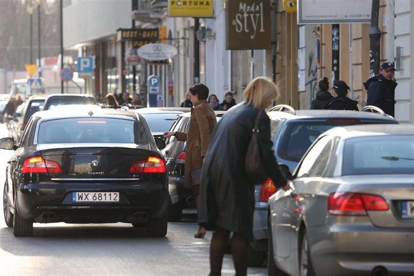 Minister Mucha walczy z cellulitem? Służbową limuzyną na masaż