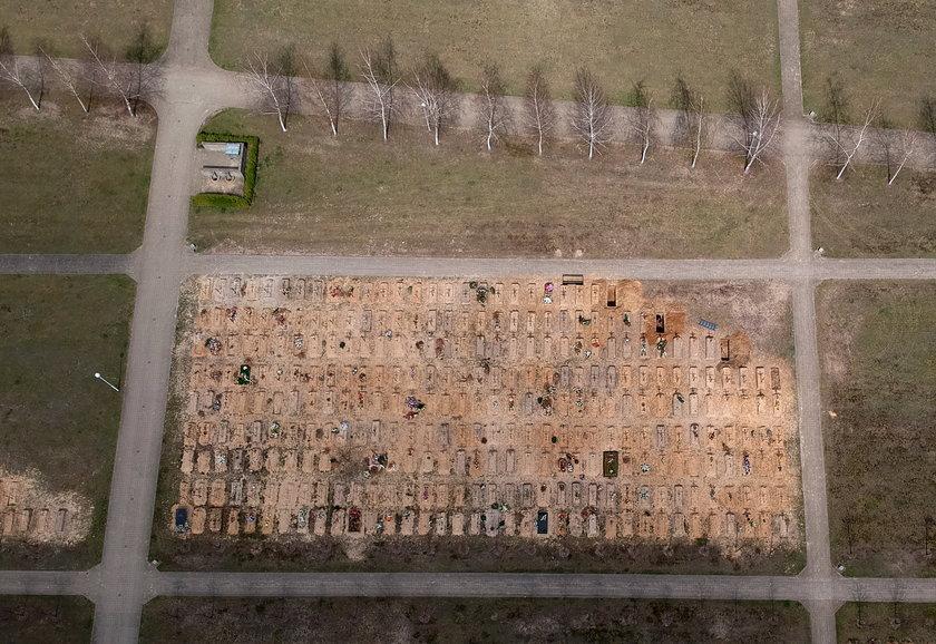 Na polskim cmentarzu kopią setki grobów.