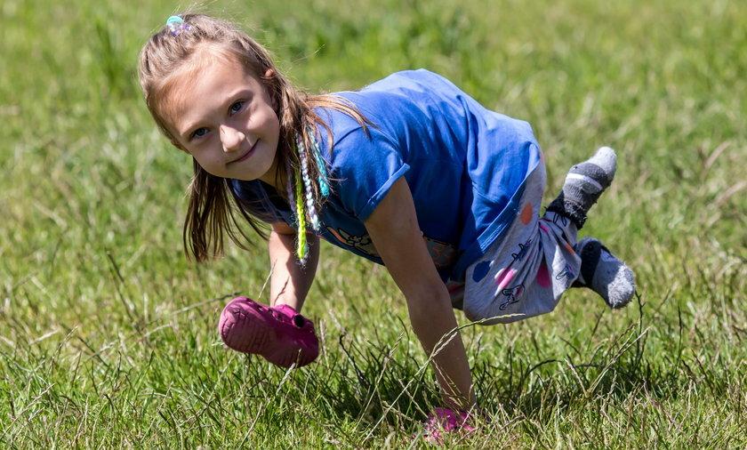 Michalinka musi mieć silne rączki, bo nie może chodzić jak inne dzieci