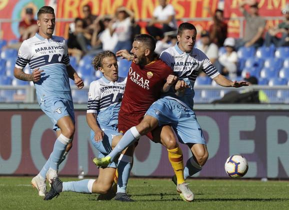 Aleksandar Kolarov u duelu sa fudbalerima Lacija, među kojima se nalazi i Sergej Milinković Savić