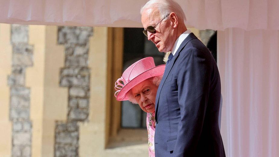 Wpadka Joe Bidena podczas spotkania z Elżbietą II