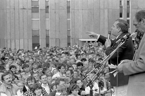 01.06.1989 Gdynia. Lech Wałęsa przemawia podczas wiecu przedwyborczego