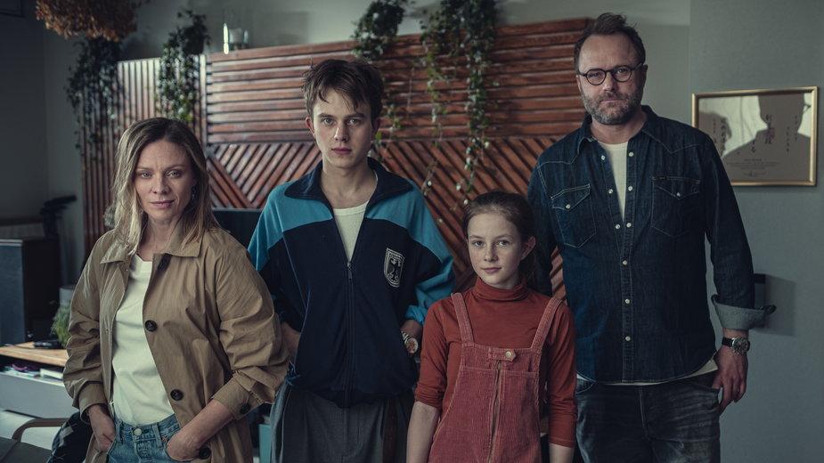 """""""Zachowaj spokój"""" - kadr z serialu. Na zdjęciu m.in. Magdalena Boczarska, Krzysztof Oleksyn i Leszek Lichota"""