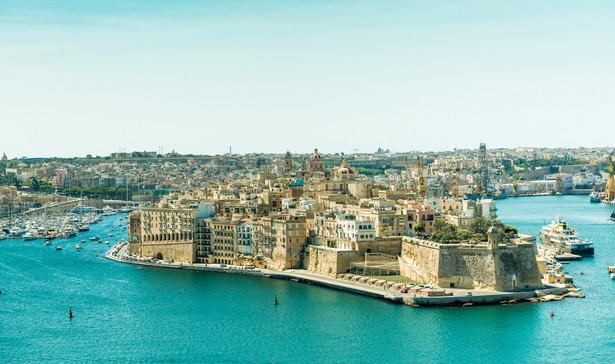 Malta Archipelag Wysp Maltańskich rozciąga się niecałe 100 km na południe od włoskiej Sycylii. Malta znajduje się w strefie klimatu subtropikalnego typu śródziemnomorskiego, z bardzo łagodnymi zimami i długimi ciepłymi, częściowo gorącymi latami. Średnia roczna temperatura wynosi 23 °C w dzień i 16 °C w nocy. Według International Living, Malta jest państwem z najlepszym klimatem na świecie.
