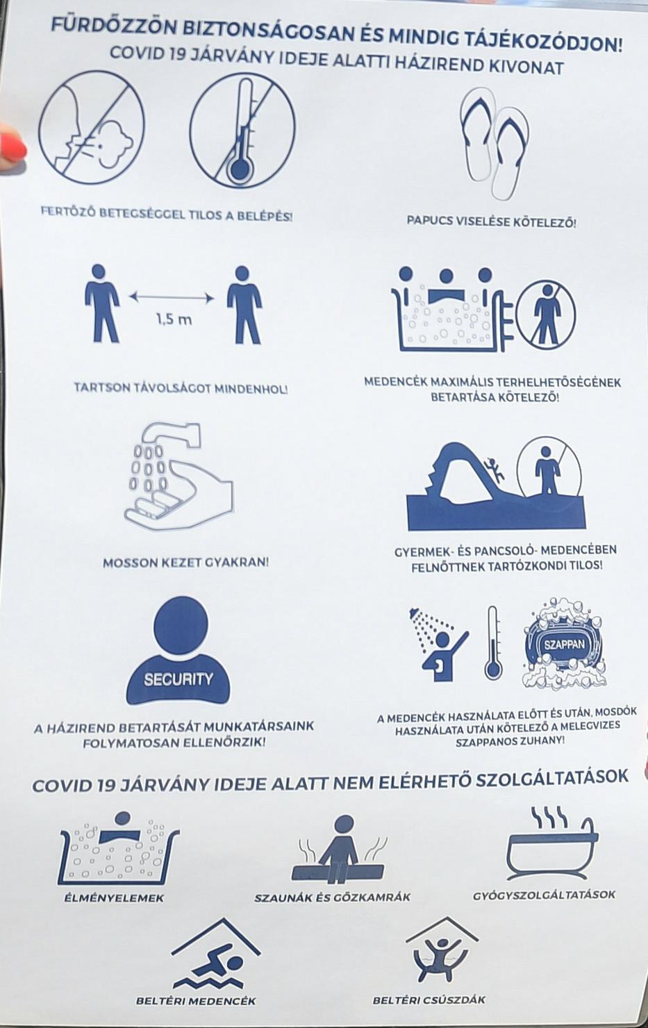 A papucs viselése és a zuhanyzás eddig is ajánlott volt, a szappanos fürdés most már kötelező – mutatta be Szűts Ildikó vezérigazgató a szabályokat /Fotó: MTI Koszticsák Szilárd