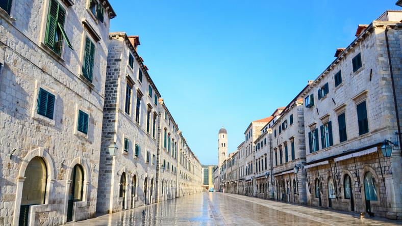 Stare miasto jest wpisane na listę dziedzictwa narodowego UNESCO. Polecamy przechadzki ulicą Stradun, gdzie mieści się wiele sklepików z ofertą skierowaną do turystów