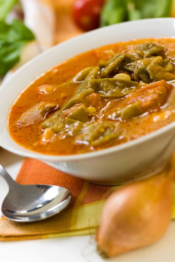 9652_stock-photo-fresh-cooked-stew-with-green-beans-and-roast-ham-bacon-shutterstock_54816100