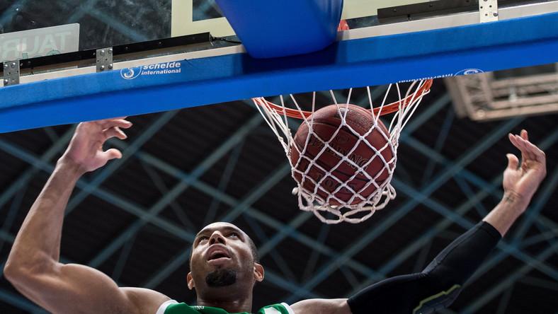 Punkty zdobywa Quinton Hosley ze Stelmetu Zielona Góra w meczu ekstraklasy koszykarzy z miejscowym Śląskiem we Wrocławiu