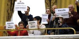 Wyborcy przywitali Kałużę na sesji