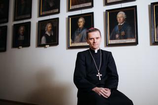 Najmłodszy biskup w Polsce: Zarabiam około 3500 zł na rękę [WYWIAD]