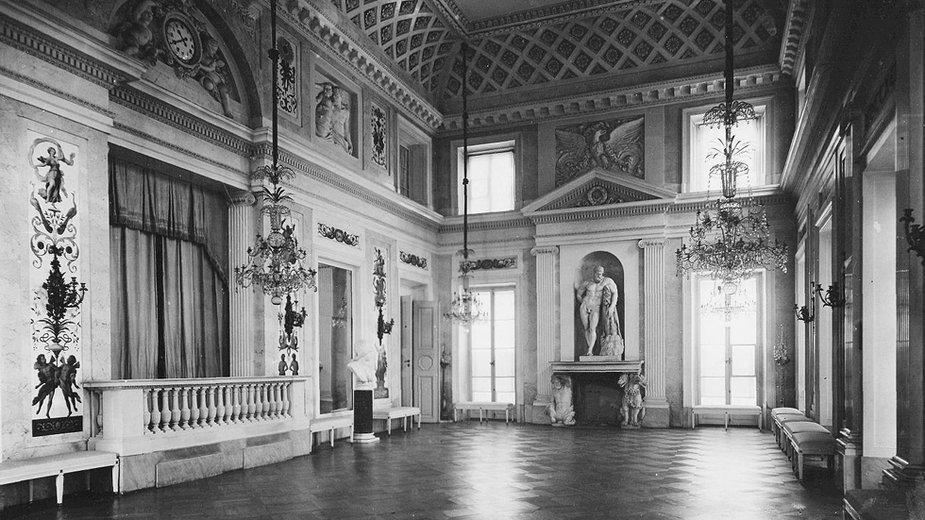 Sala Balowa w Pałacu na Wyspie. Stan przed 1939 r. Na ścianach widoczne apliki z głową Apollina