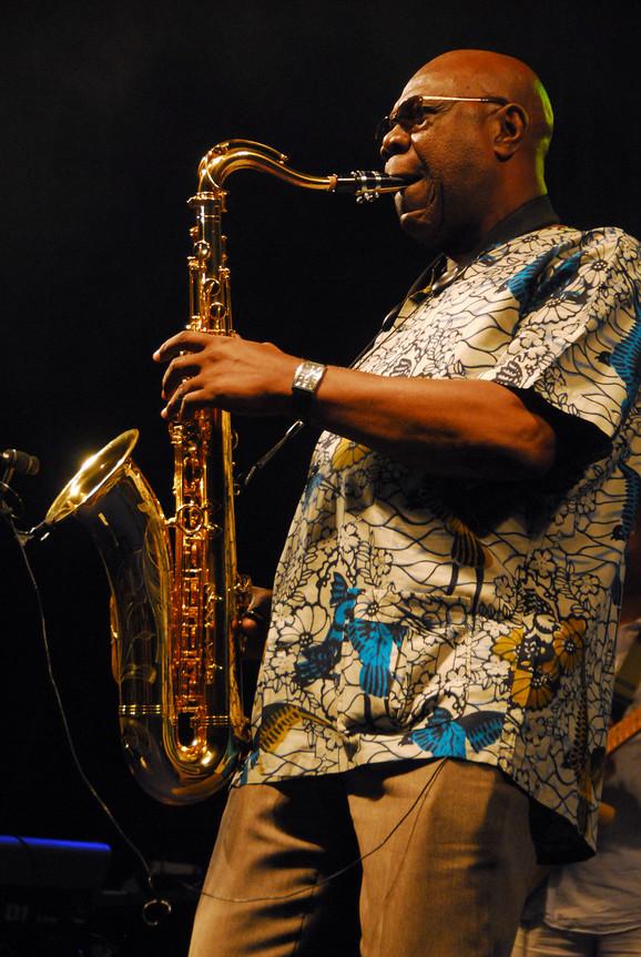 Manu Dibango je na Nišvil džez festivalu 2010.godine dobio specijalnu nagradu za poseban doprinos fuzije afro muzike sa džezom