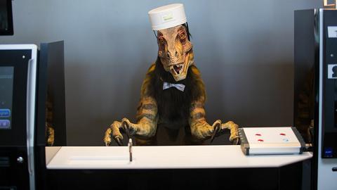Recepcjonista-dinozaur witał gości w Sasebo od 2015 roku. Od niedawna ma do pomocy człowieka