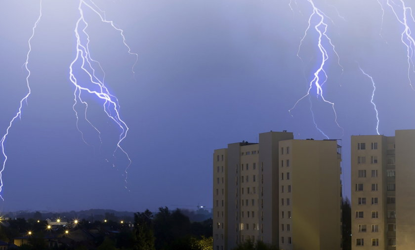 Alert RCB. Gwałtowne burze, grad, silny wiatr i ulewny deszcz w centralnej i wschodniej Polsce
