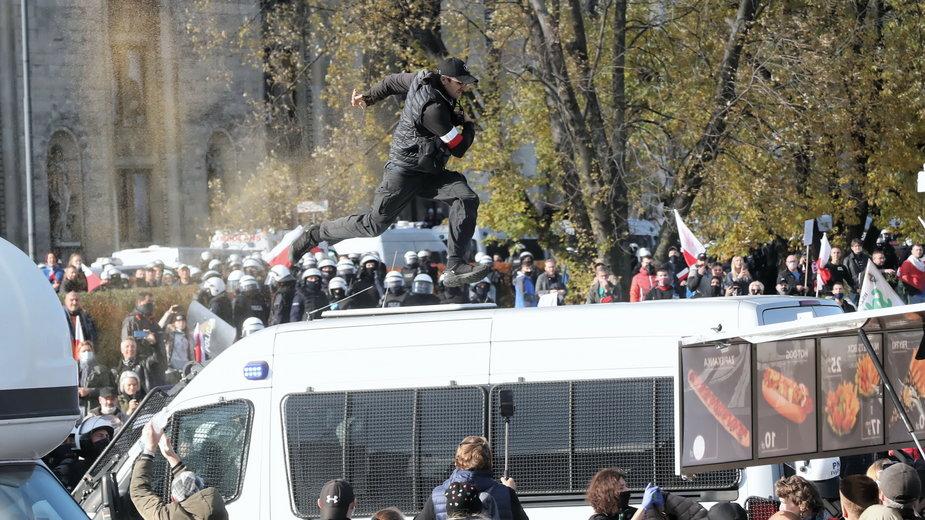 Koronawirus. Protest przeciwników obostrzeń w Warszawie