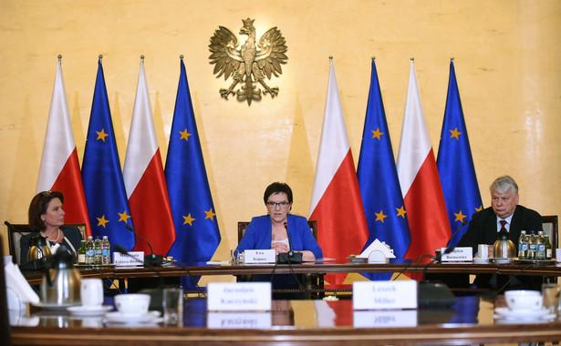 Premier Ewa Kopacz (C), marszałek Sejmu Małgorzata Kidawa-Błońska (L) i marszałek Senatu Bogdan Borusewicz (P) w KPRM podczas spotkania w sprawie uchodźców.