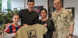 Piękny gest Lewandowskiego! Pocieszył dziewczynkę, której ojciec zginął w Afganistanie!