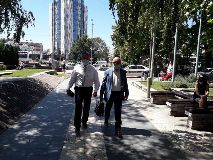 Kruševac 03 - Jutka sa advokatom ulazi u sud - Foto N Božović