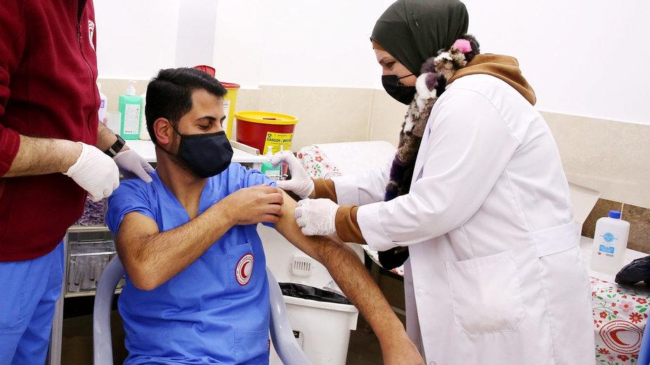 Szczepienie palestyńskiego medyka na Zachodnim Brzegu