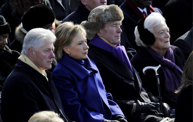 Bil i Hilari Klinton sede pored Džordža i Barbare Buš na inauguraciji Baraka Obame 2009.