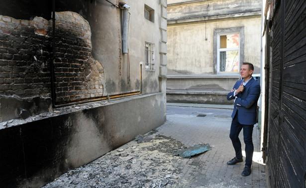 Poseł PO Krzysztof Brejza w miejscu pożaru jego kamienicy w Inowrocławiu