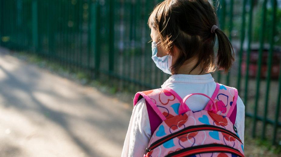Koronawirus: Kolejne szkoły w Polsce zamykane.  Rekordowe liczby podane przez MEN