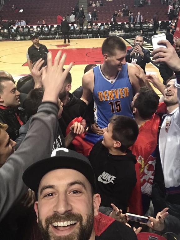 Nikola Jokić okružen srpskom publikom u Čikagu