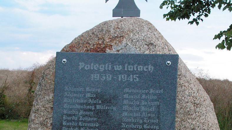 We wsi Urbanowice koło Opola stanął pomnik ku czci żołnierzy III Rzeszy