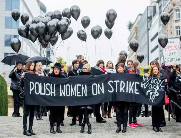 Czarny protest na rzecz praw kobiet z Polski odbył się także w Brukseli