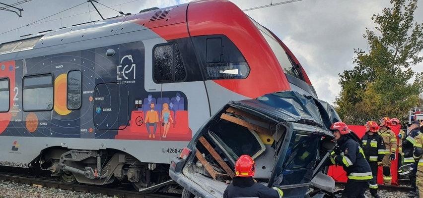 Wypadek na przejeździe kolejowym w Cekanowie (Łódzkie). Kierowca wjechał prosto pod pociąg. Nie miał szans. Drastyczne zdjęcia