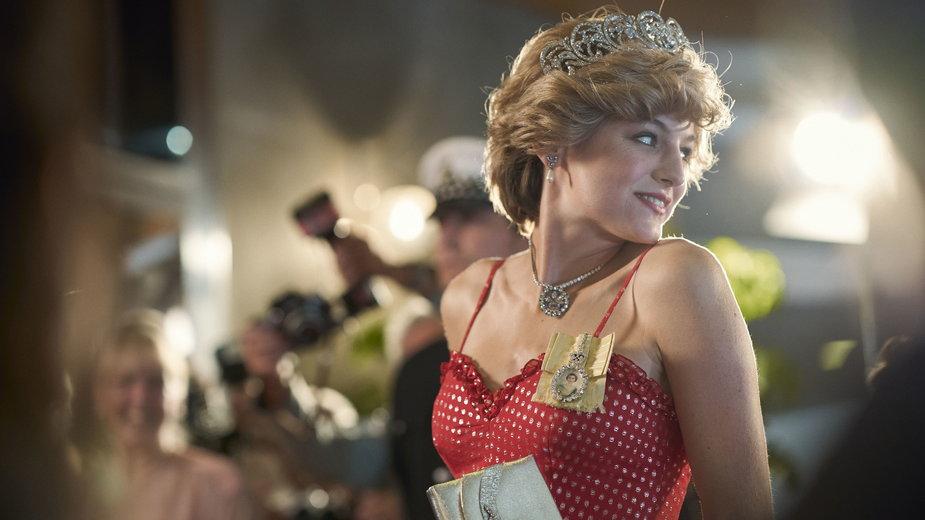 "Emma Corrin jako Diana Spencer w serialu ""The Crown"""