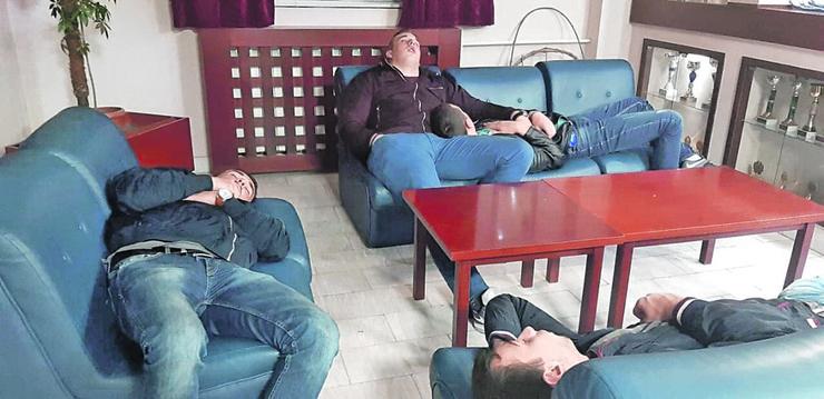 Učenici su noć proveli u holu doma