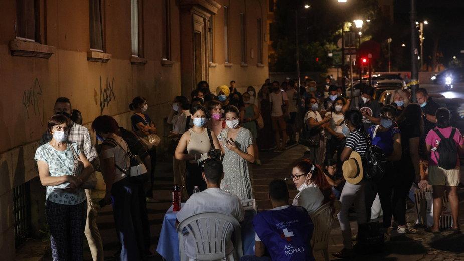 Wieczorna kolejka do szczepienia przeciwko COVID-19 do Szpitala Św. Ducha w Rzymie, lipiec 2021 r.