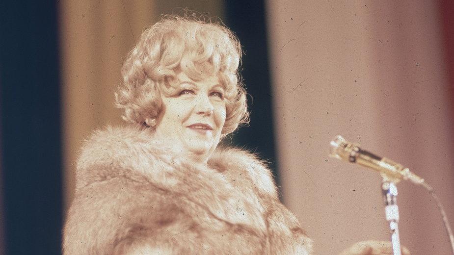 Hanka Bielicka podczas występu na scenie w Sali Kongresowej na początku lat 70.